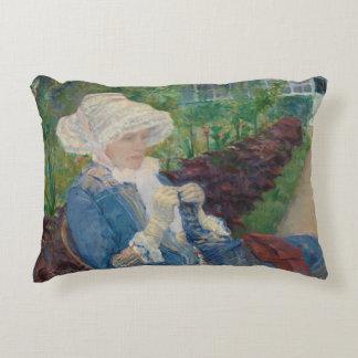 Mary Cassat- Lydia que Crocheting no jardim Almofada Decorativa
