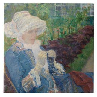Mary Cassat- Lydia que Crocheting no jardim Azulejo Quadrado Grande