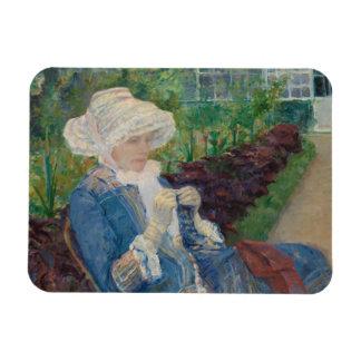 Mary Cassat- Lydia que Crocheting no jardim Ímã