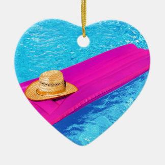 Mattrass cor-de-rosa do ar com o chapéu na piscina ornamento de cerâmica