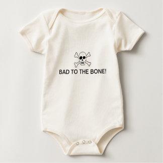 Mau à camisa do bebê do osso macacãozinhos para bebê