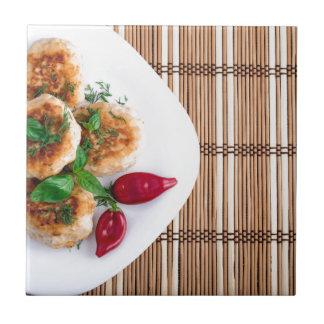 Meatballs fritados da galinha triturada com azulejo quadrado pequeno