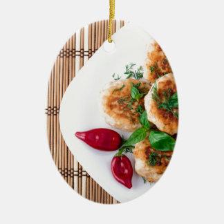 meatballs fritados da galinha triturada ornamento de cerâmica oval