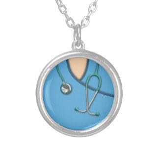 Médico azul esfrega colares