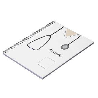Médico esfrega o caderno branco