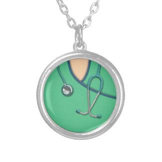 Médico verde esfrega colar com pendente redondo