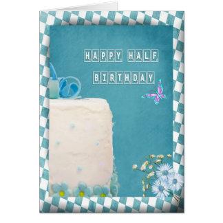 Meio bolo de aniversário feliz cartão comemorativo
