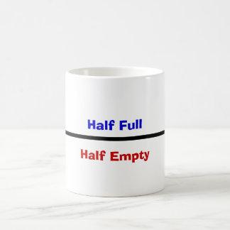 Meio cheio, meio vazio caneca de café