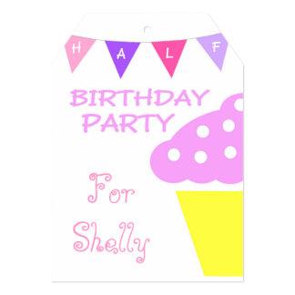 Meio convite de aniversário do cupcake bonito