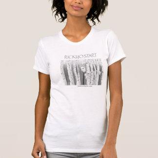 Meio do branco do t-shirt das mulheres da menina