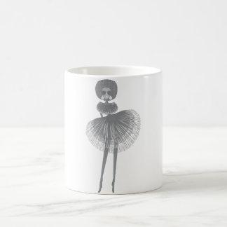 menina afro da forma caneca de café