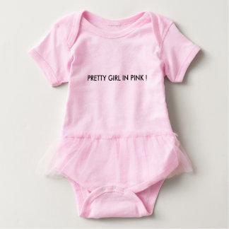 menina bonito no rosa body para bebê