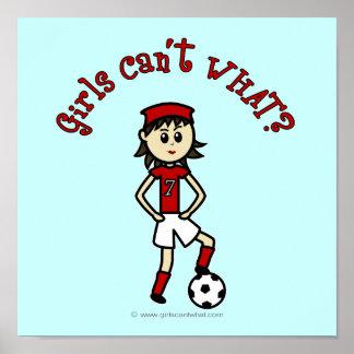 Menina clara do futebol no vermelho posteres