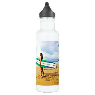 Menina com a prancha na garrafa de água da praia