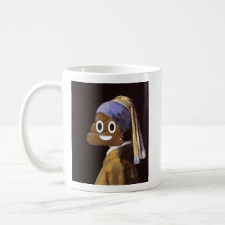 Menina com um brinco da pérola e um tombadilho caneca de café
