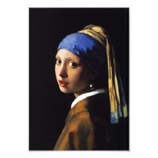 Menina com um impressão da foto do brinco da pérol