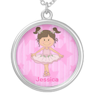 Menina cor-de-rosa bonito do balé em estrelas e em colar banhado a prata
