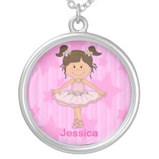 Menina cor-de-rosa bonito do balé em estrelas e em colar com pendente redondo