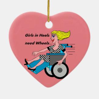 Menina da cadeira de rodas nos saltos ornamento de cerâmica coração