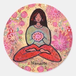 Menina da ioga de Namaste com etiqueta do cabelo