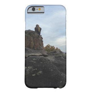 Menina da montanha que senta-se em The Edge Capa Barely There Para iPhone 6