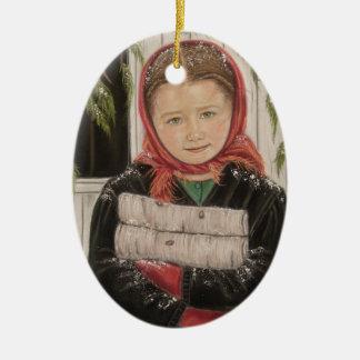 Menina de Amish com enfeites de natal da lenha