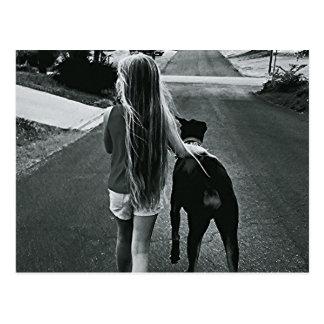 Menina de B&W e cartão do cão