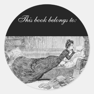 Menina de Gibson que lê um livro Adesivo