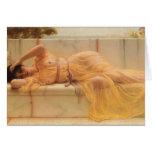 Menina de John William Godward- na cortina amarela Cartoes