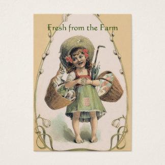 Menina de sorriso que leva o coelho feliz - cartão de visitas