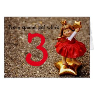 Menina do aniversário que é três cartão comemorativo