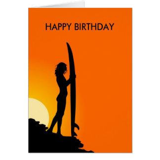 Menina do surfista do por do sol com feliz cartão comemorativo