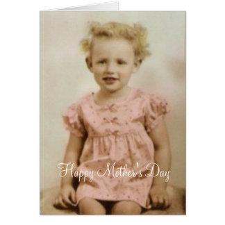 Menina do vintage no cartão cor-de-rosa do dia das