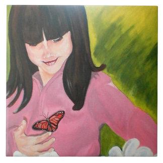 Menina e seu azulejo da borboleta