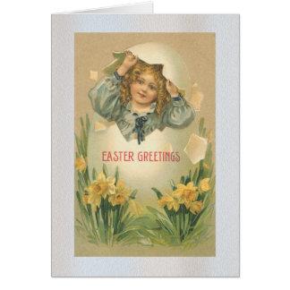 Menina em um cartão do ovo