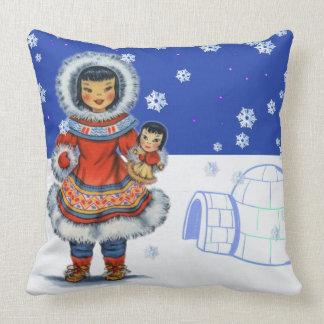 Menina Eskimo pequena com iglu e neve da boneca Almofada
