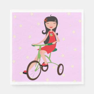 Menina guardanapo de papel de montada de uma