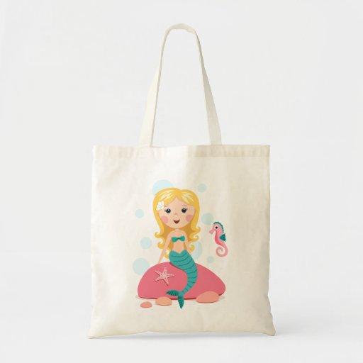 Menina loura dos desenhos animados da sereia com c sacola tote budget