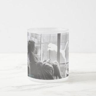 Menina na cafetaria China caneca do vidro de fosco