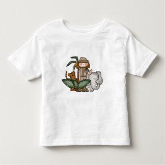 Menina no camiseta e nos presentes do safari