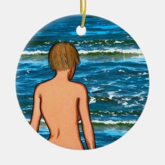 Menina no mar que pinta o ornamento cerâmico