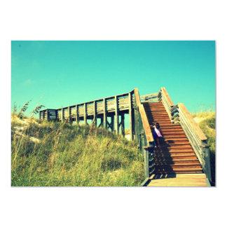 Menina no passeio à beira mar, praia da costa do convites personalizado
