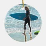 Menina pequena do surfista enfeite para arvore de natal