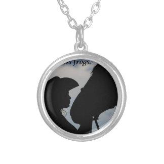 Menina que beija o cavalo colar banhado a prata