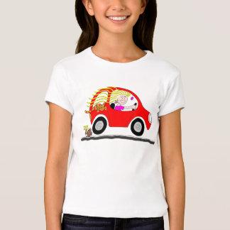 Menina que conduz desenhos animados do carro camiseta