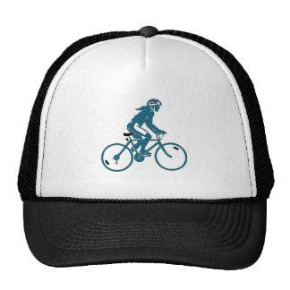 Menina que monta uma bicicleta boné