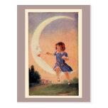 Menina que senta-se na lua crescente cartão postal