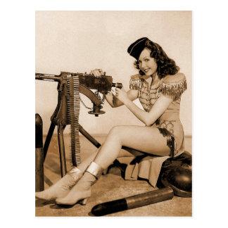 Menina retro do artilheiro de máquina das mulheres cartão postal