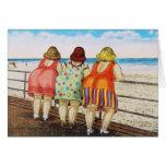 Meninas assentadas gordas do vintage na praia cartão de nota