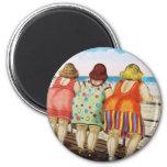 Meninas assentadas gordas do vintage na praia imã de geladeira